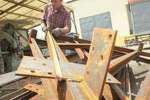 Pracovník odborné firmy Luboš Oberaiter kontroluje stovky dílů rozebrané věže rozhledny