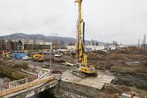 OBŘÍ STAVENIŠTĚ. V místě, kde v Děčíně vzniká nový kruhový objezd, který řidiče navede na Vilsnickou spojku, je nyní obří staveniště.