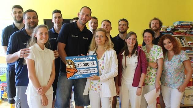 FINANČNÍ DAR. Děčínští basketbalisté darovali dětskému oddělní děčínské nemocnice 25000 Kč.