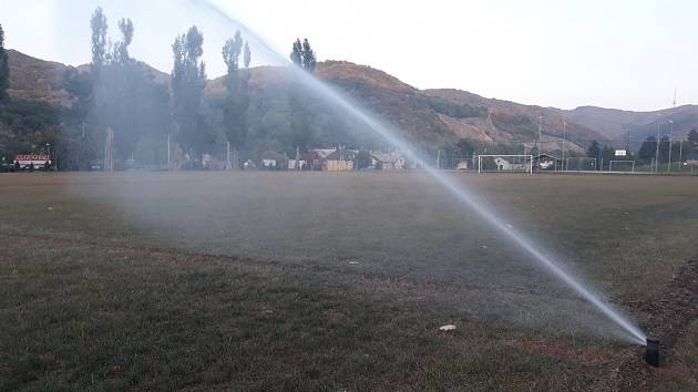 ZÁCHRANA. Nový zavlažovací systém pomáhá trávníku v Dobkovicích.