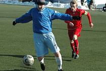 BYLI BLÍZKO. Fotbalisté Vilémova (v modrém Vlasta Chod) prohrál s Úvaly 1:2.