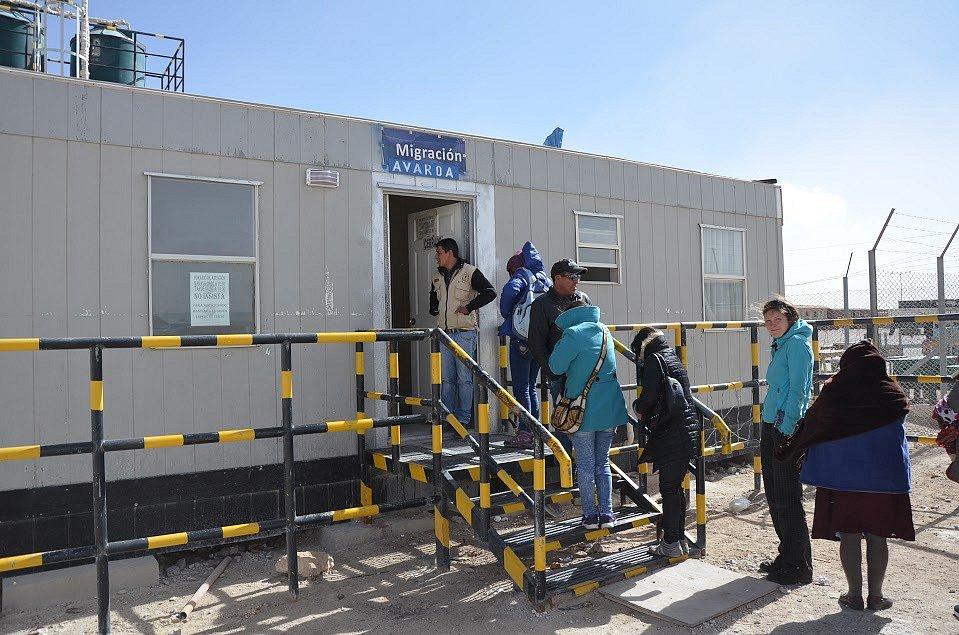 Nejopuštěnější hraniční přechod, jen budka uprostřed pouště. Bolívie - Chile.