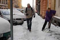 Úklid chodníků od sněhu.