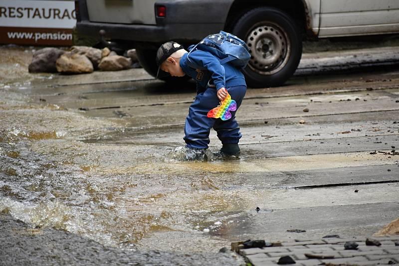 Povodeň poničila ve Hřensku jedno z velkých parkovišť, kde zůstala stát řada aut.