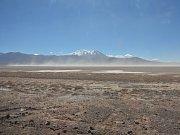Typický pohled z okna autobusu na poušť Atacama ve vysoké nadmořské výšce.