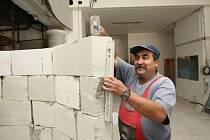 Řemeslníci mají v kině plné ruce práce