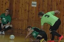 PLNÝ POČET BODŮ vybojovali hráči Autocentra Jílové ve 3. kole sálovkářské Extraligy. Na snímku je Jílové (světlé dresy) v utkání proti Vilémovu.