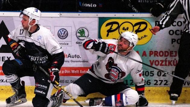 DOMA TO DRHNE. Děčínští hokejisté v letošní sezoně bodují více venku než doma. V sobotu padli s Trutnovem. Na zemi se ocitl obránce Jan Kaltenböck (vpravo).