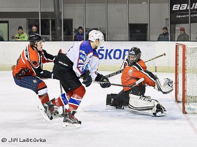 POSLEDNÍ DVA ZÁPASY vyšly Varnsdorfu na jedničku. Nejprve na domácím ledě porazil Českou Lípu 7:3 (na snímku), v derniéře smetl Frýdlant 5:0.
