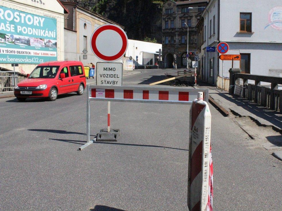 Ovčí můstek v Děčíně je pro dopravu uzavřen, přesto se tu ve všední dny nepracuje.