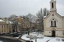 Husovo náměstí v Podmoklech.