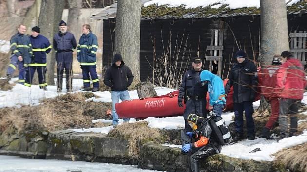 Pátrání po vražedné zbrani probíhalo v Jiříkově u rybníka během nedělního odpoledne. Na místo přivezli kriminalisté i podezřelého muže.