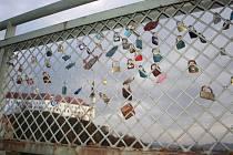 Děčínský Tyršův most je ověšen stovkami takzvaných zámků lásky. Ty by měly v nejbližší době z mostu zmizet, dostane totiž nové zábradlí.