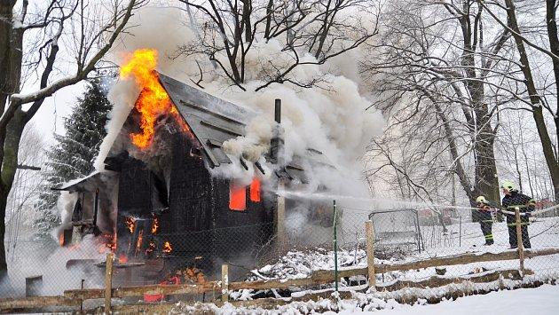 Oheň chatu, kde paní Havlíčková sdcerami žila, kompletně zničil.