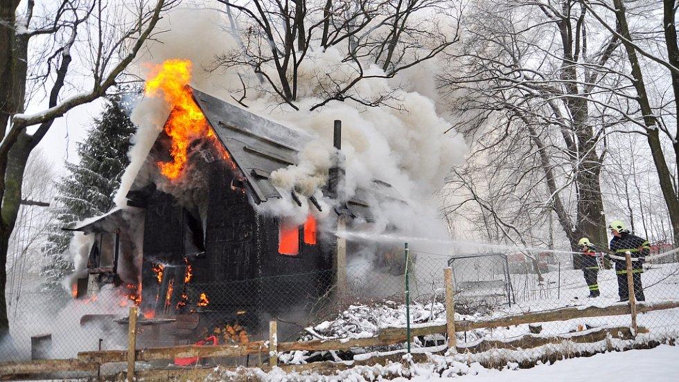 Oheň chatu, kde paní Havlíčková s dcerami žila, kompletně zničil.