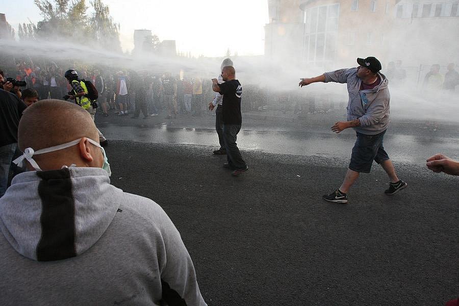 Demonstrace a potyčky ve Varnsdorfu