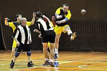 ÚSPĚCH. Zatímco Slavoj Děčín (ve žlutém) zdolal Českou Lípu, Slovan Varnsdorf si připsal dobrý bod v utkání proti Žatci.