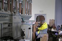 Thomas Huebener z firmy Eule při sestavování varhan v bazilice ve Filipově