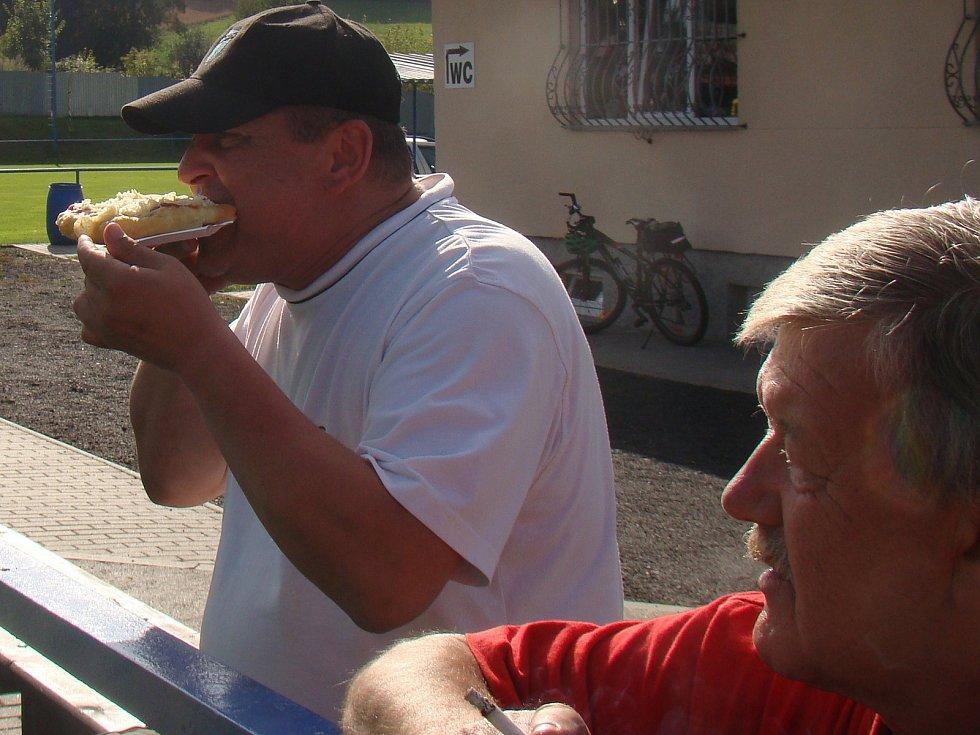 Langoše z Vilémova chutnají i fanouškovi Baníku Modlany Petru Popoovičovi.
