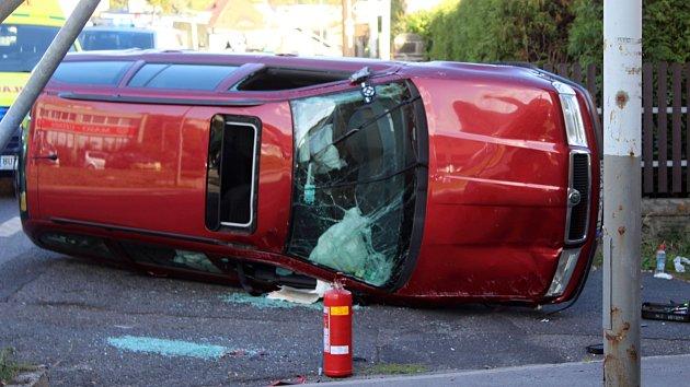 Auto po nehodě v Bynově skončilo na boku