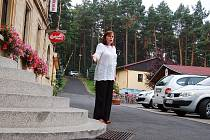 Schody, na kterých se potloukl cyklista, ukazuje majitelka hotelu Ivana Kaplanová.