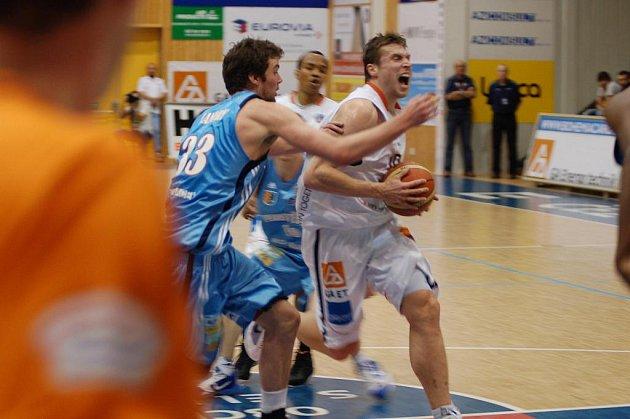 PROHRA. Třetí porážku v řadě mají na svém kontě hráči BK Děčín. S Prostějovem prohráli 60:82.