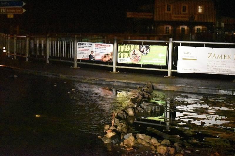 Voda napáchala v sobotu na Děčínsku velké škody.