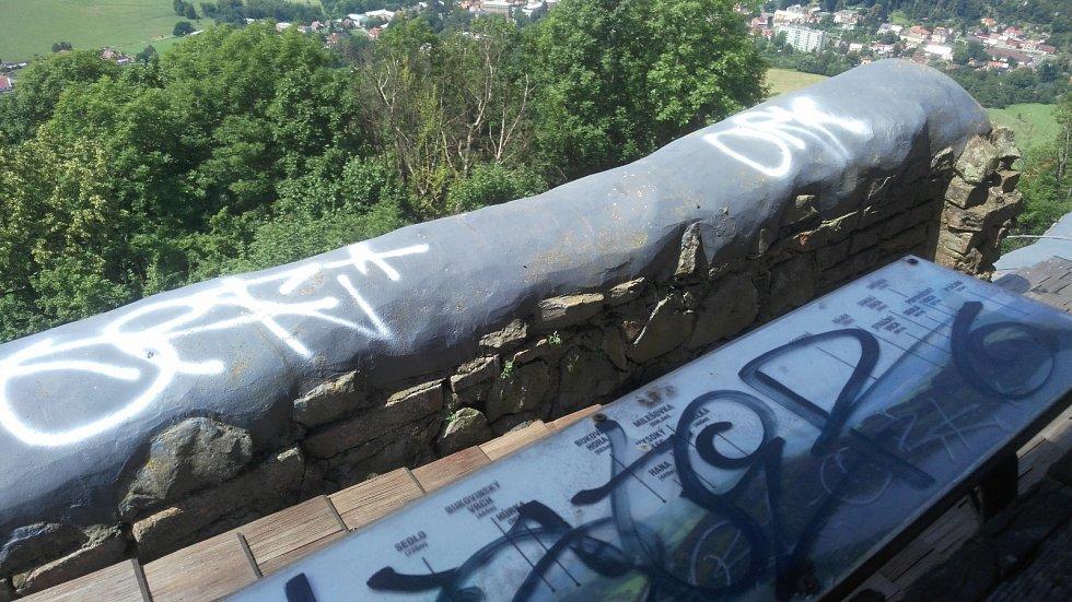 Vandalové poničili Zámecký vrch v České Kamenici