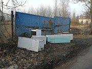 O jednu černou skládku méně je ve Varnsdorfu. Z Kozlovy ulice nechala radnice odvézt několik ledniček a mrazáků nebo stavební suť.