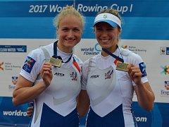LENKA ANTOŠOVÁ (vlevo) společně se svou partnerkou slaví třetí místo na SP v Bělehradě.