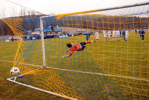 Fotbalisté SK Vilémov (v modrém) pokračují v jarním vítězném tažení. Tentokráte porazili Most B 2:0.