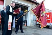 Hasiči v Dolní Poustevně dostali vyšívaný hasičský prapor.