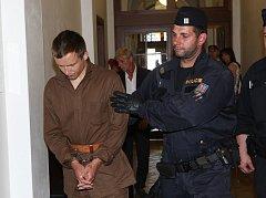 Policisté přivádějí k soudu mladíka, který v sobotu v Rumburku pobodal ženu.