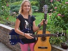 Tereza ráda hraje na kytaru