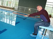 Opravený bazén si vyzkoušel i starosta Rumburku Jaroslav Sykáček.
