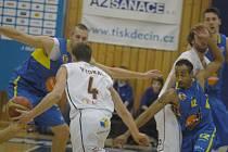 DĚČÍNSKÝ Tomáš Vyoral (v bílém) se snaží vyhnout ústecké dvojici Krakovič (vlevo) a Mitchell.