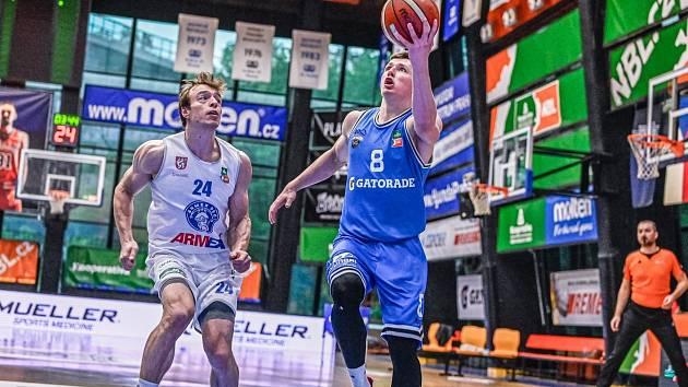 Šimon Ježek (v bílém) a Ondřej Sehnal v prvním kole soutěže Kooperativa NBL 1 on 1 Challenge.