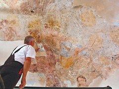Restaurátor Lubomír Zeman pracuje na záchraně barokní fresky v Čajovém pavilonu na děčínském zámku