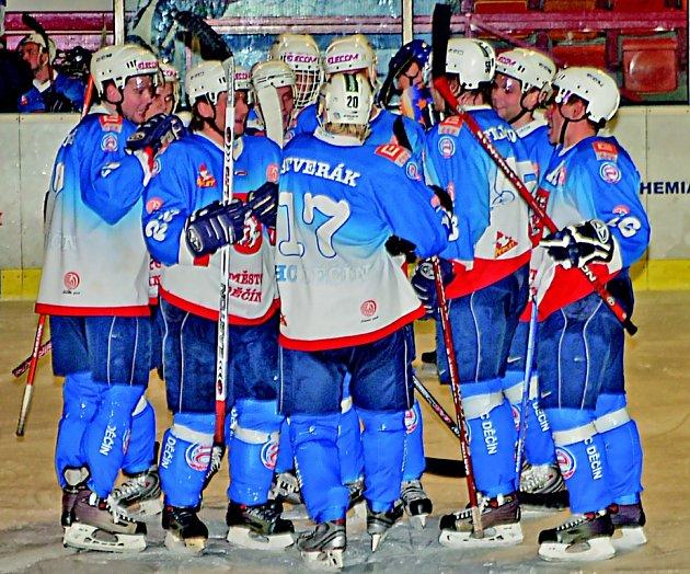 Celkem šestkrát se takto děčínští hokejisté ve středeční předehrávce 22. kola radovali ze vstřelení gólu do klášterecké branky. V tomto případě je to po třetím Štverákově, celkově pátém úspěchu.