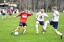 KRIZE. Fotbalisté Plastonu Šluknov B (v červeném) přehráli Těchlovice jasně 4:1. Podzimní lídr na jaře stále nebodoval.