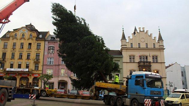 Na Masarykově náměstí je od pátku vánoční strom