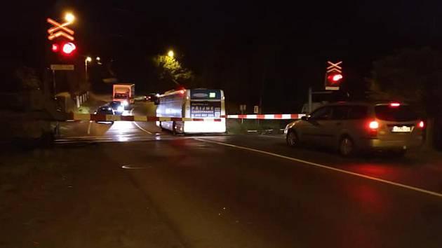 Autobus uvízl na přejezdu v Děčíně.