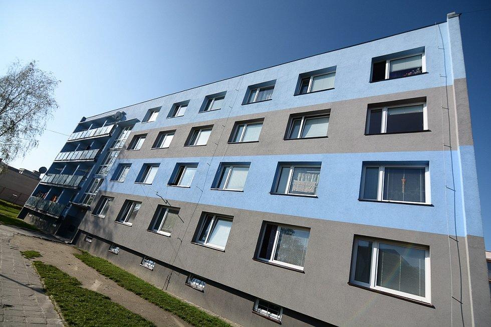 BOJ PROTI ŠTĚNICÍM proběhl ve středu dopoledne v bytech na Kovářské ulici ve Varnsdorfu.