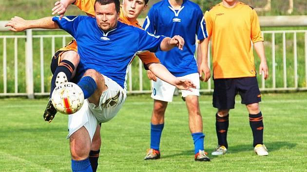 DRAMA. Až do konce museli bojovat hráči FK Jílové (v oranžovém) proti rezervě Roudnice nad Labem.
