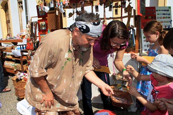 Děčínské slavnosti zahájily historické májové trhy.