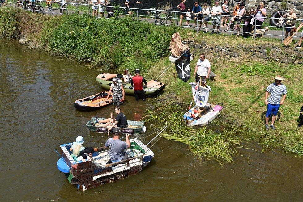 Ve Františkově na neckyádě na Ploučnici vyrazila roztodivná plavidla