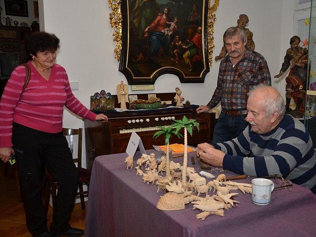 Řezbaření v rumburském muzeu.