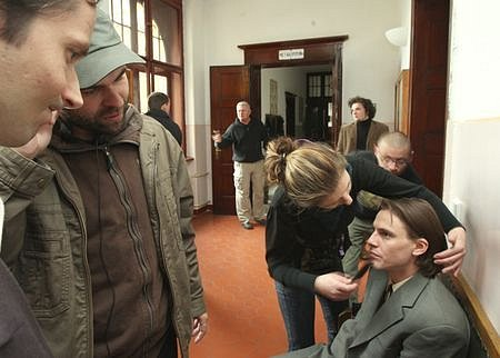 Hlavní roli svěřil režisér Dan Svátek mladému herci Václavu Jiráčkovi
