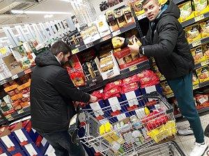 Basketbalisté nakupují pro potravinovou sbírku