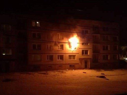 Požár paneláku v Boletiích.